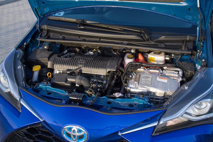 Az 1,5 literes Atkinson-motor még az előző generációból származik. Nem egy erőgép, 75 lovas