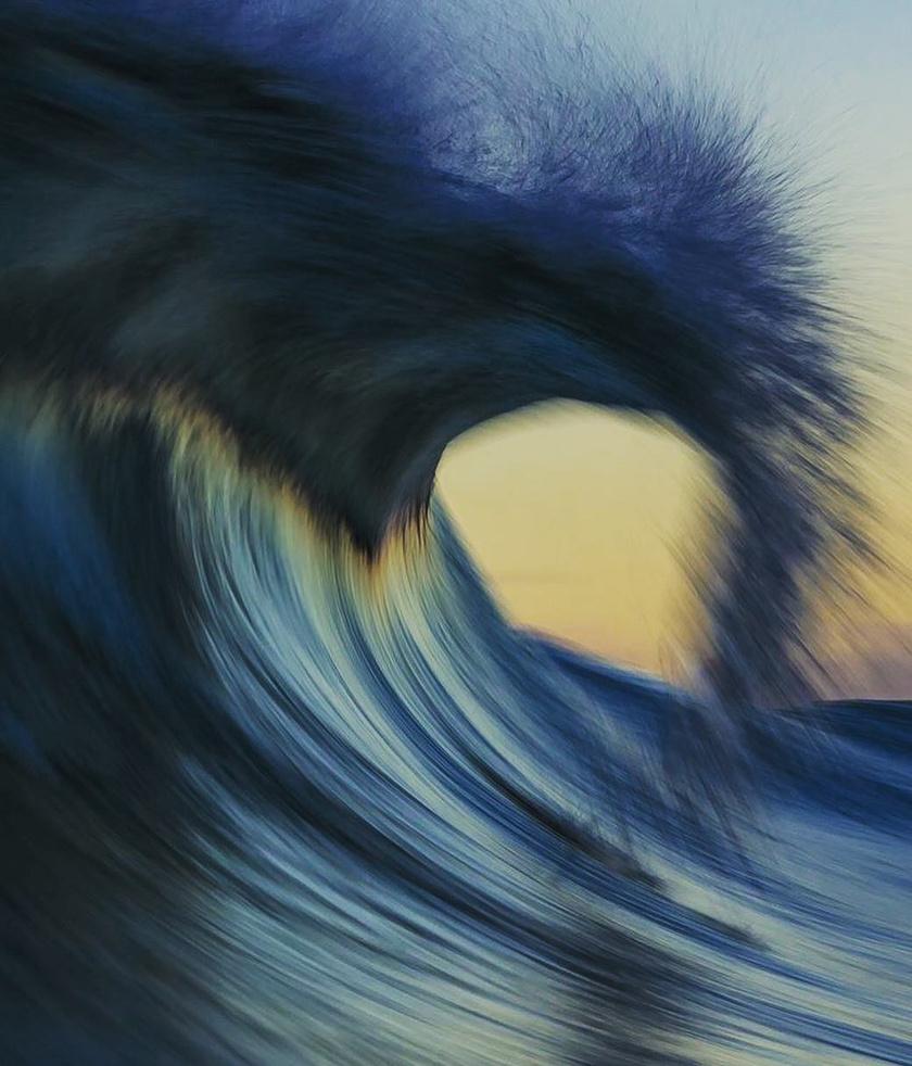 Akár egy festővásznon, úgy maszatolódnak szét az óceán színei a fotón.