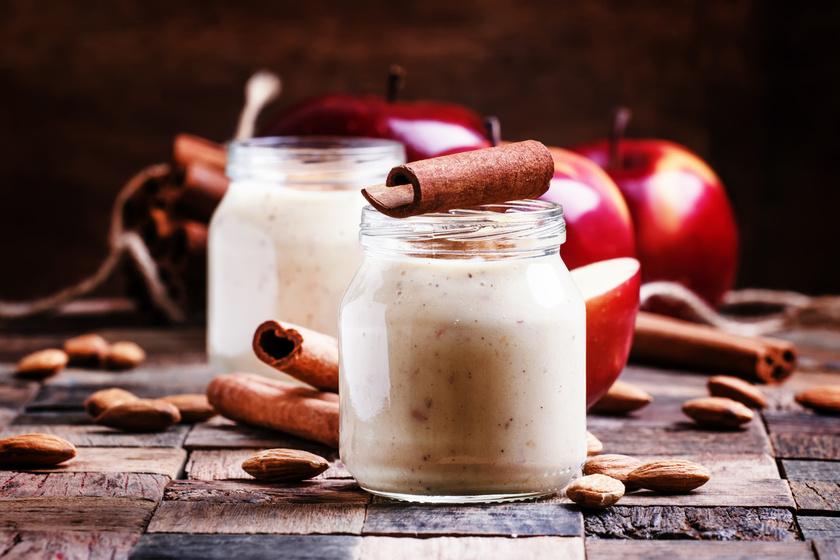 Reszelt vagy turmixolt almára szórj fahéjat és kész is. Az alma pektinrostjai laktatnak, a fahéj segít egyenletesen tartani a vércukorszinted. Mandulatejjel hígítsd, ha inkább kortyolni szeretnéd, nem kanalazni.