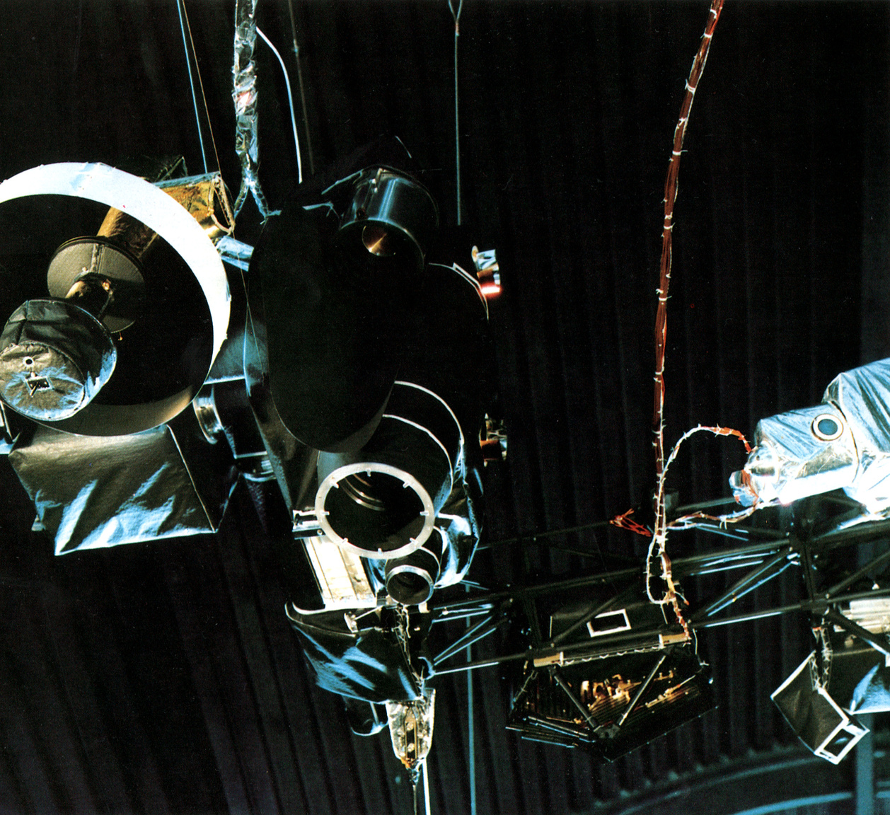 A Voyager műszereinek egy része alulnézetből. Jól láthatóak a TV-kamerák, az ulraibolya és az infravörös spektrométerek (bal szélen), a plazmadetektor (a fekete doboz jobbra alul), a részecske- és sugárzásdetektorok (jobb szélen).