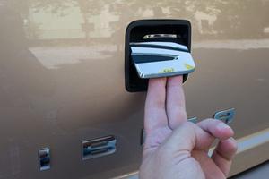 Szokásos emblémabillentéssel nyílik a csomagtartó, mint a kisebb VW-termékek mindegyikén