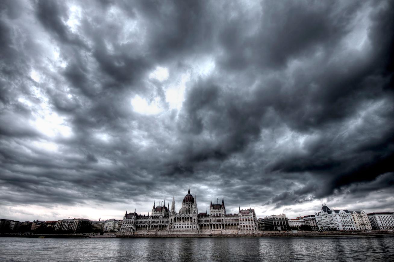 parlament-felhok