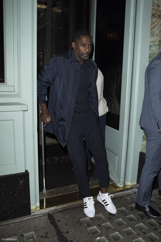 A színész épp kibiceg egy étteremből, és amint az látszik, mankóra kell támaszkodnia, mivel eltörte a lábát.