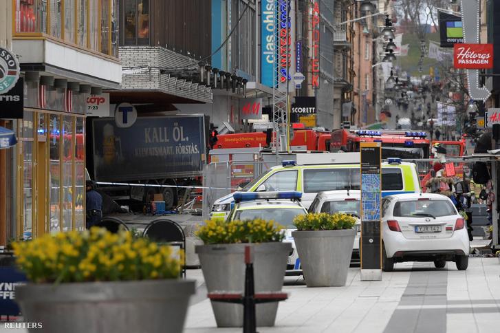Járókelőket gázolt el egy teherautó Stockholm egyik utcáján, a Drottninggatanon, majd egy bevásárlóközpont bejáratába rohant.