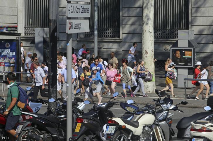 A Ramblán sétáló tömeg a párhuzamos utcákban menekült a merénylet után.