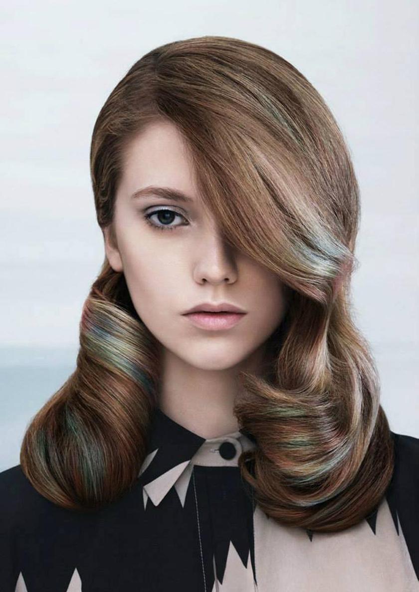 Bájos, romantikus és kissé retró hatást varázsol a befelé szárított frizura.