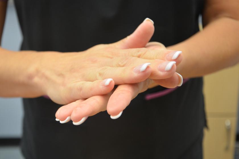 Találkozás előtt melegítsd át egy picit a kezeidet: tudományosan bizonyított tény, hogy így sokkal több esélyed van jó benyomást kelteni, mint úgy, ha kézfogáskor jéghideg a kezed.