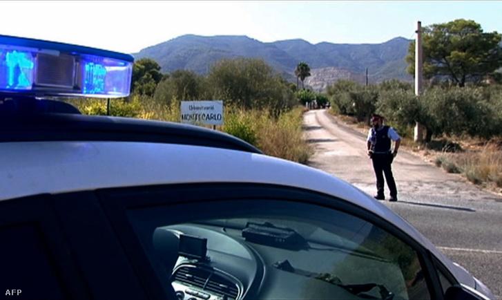 Rendőr áll Alcanarban az út mellett 2017. augusztus 16-án, annak a háznak a közelében, amelyik felrobbant