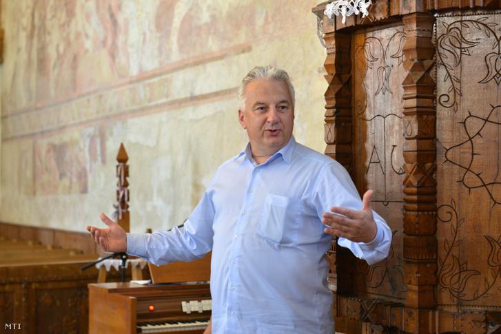 Semjén Zsolt nemzetpolitikáért felelős miniszterelnök-helyettes beszél látogatásán az erdélyi Kovászna megyében található Bibarcfalva református templomában 2017. július 21-én