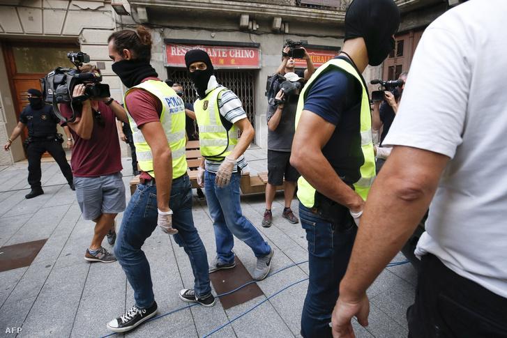 A katalán rendőrség (Mosso d'Esquadra) tagjai Ripoll utcáin a támadásokat követő napon.                         Az El País című spanyol napilap előzetes nyomozási eredményekre hivatkozva jelentette, hogy egy 12 fős, többnyire 17 és 24 év közötti fiatalokból álló terrorista sejt szervezhette meg a Barcelonában előző nap és Cambrilsban péntek hajnalban elkövetett gázolásos merényleteket. A 12 gyanúsított közül ötöt a cambrilsi támadást részben meghiúsító rendőrség lelőtt, további négyet, köztük három marokkói állampolgárságút pedig őrizetbe vett. A 22 éves Younes Abouyaaqoubet még keresi a rendőrség.
