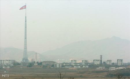 Észak-koreai település a panmindzsoni demilitarizált övezet felől