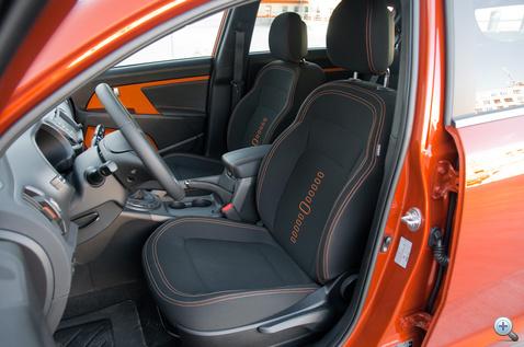 Narancssárga varrás és gumibetétek az ülésen...