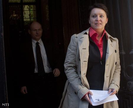 Bába Julianna, a Stabilitás Pénztárszövetség elnöke távozik a Nemzetgazdasági Minisztérium épületéből, miután a szövetség vezetői Matolcsy Györggyel, a szaktárca vezetőjével tárgyaltak (Fotó: Kallos Bea)