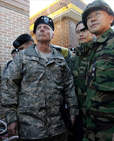 Walter L. Sharp amerika tábornok, a Dél-Koreában állomásozó amerikai erők parancsnoka megnézi a pusztítás nyomait a dél-koreai Jonpjong-szigeten
