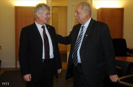 Kovács Tamás leköszönő legfőbb ügyész (j) és Polt Péter volt legfőbb ügyész a Sándor-palotában