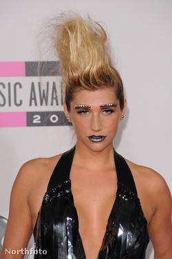 Kesha és a szegecses szemöldöke