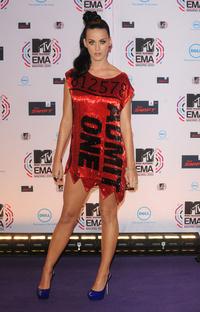 Perry az MTV EMA-re jegynek öltözött