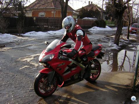 Itt már valamennyire kezdtem megérteni, a motorozáshoz nem elég, ha megvesszük a járművet. (2006. január)