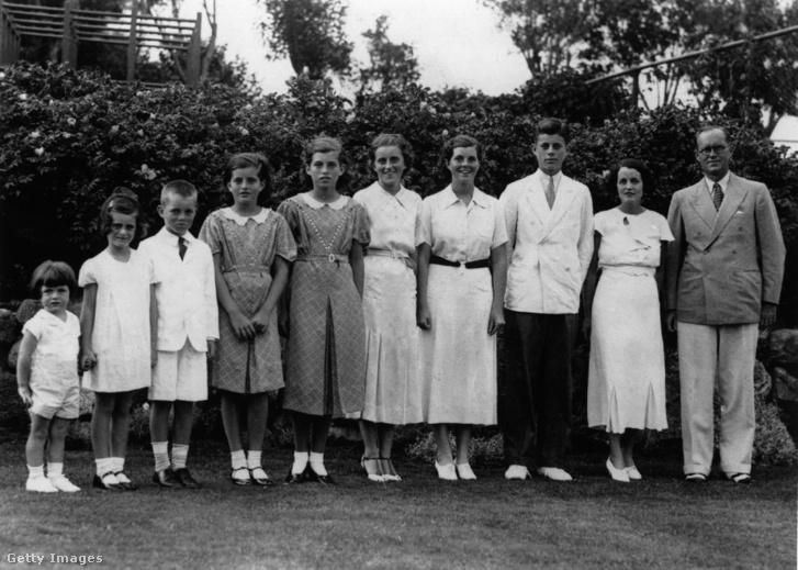 A Kennedy család Londonban. Joseph Parrick Kennedy (j), felesége Rose Kennedy és nyolc gyermekük a kilencből: (balról) Edward, Jeanne, Robert, Patricia, Eunice, Kathleen, Rosemary és John.
