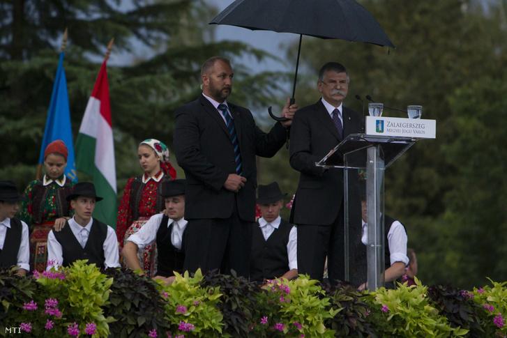 Kövér László az Országgyűlés elnöke beszédet mond a kettős kereszt avatási ünnepségén Zalaegerszegen 2017. augusztus 19-én Szent István-nap előestéjén.