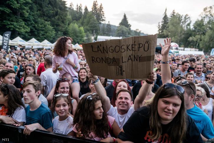 A közönség a Beatrice együttes koncertjén a 28. Bálványosi Nyári Szabadegyetem és Diáktáborban (Tusványos) az erdélyi Tusnádfürdőn 2017. július 20-án.