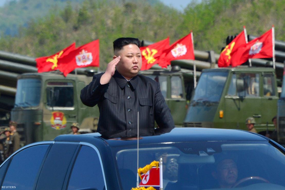 Kim Dzsongun egy katonai parádén 2017-ben. (A kép készítésének pontos dátuma nem ismert.)