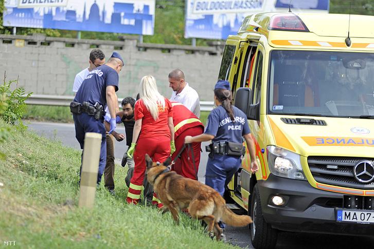 Mentők kórházba visznek egy feltehetőleg kábítószert fogyasztó férfit a Hungária körút közelében 2017. augusztus 20-án.