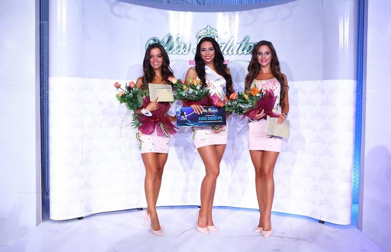 A közönségtől a legtöbb díjat a középen álló Mihályfi Liza kapta