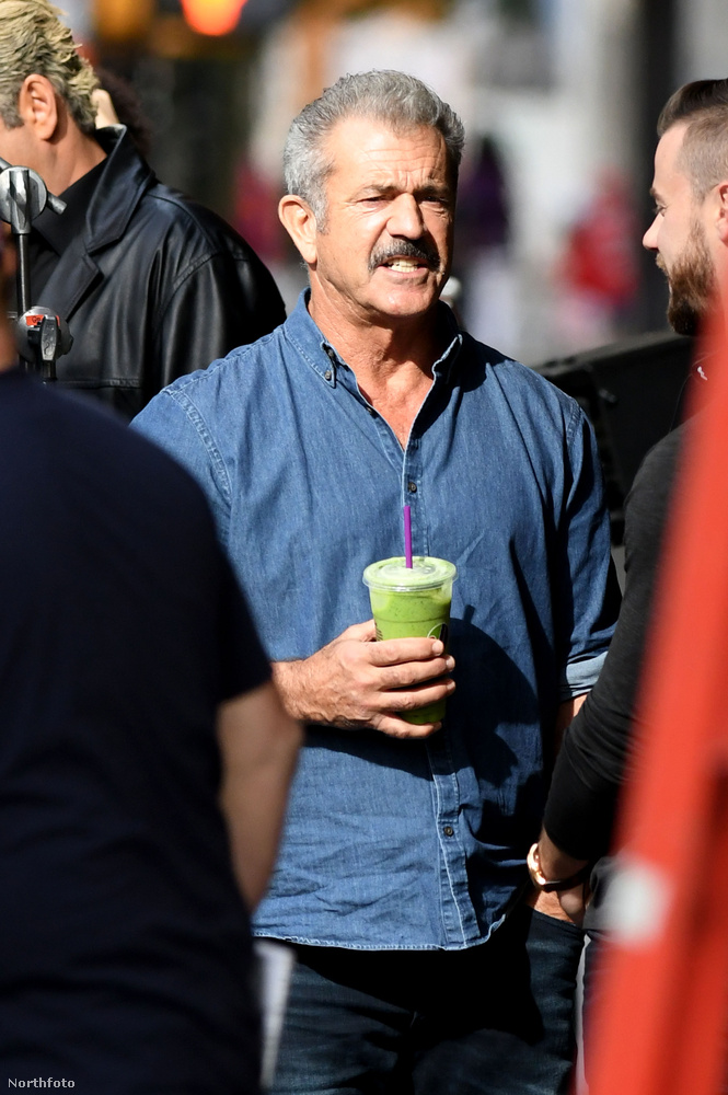 Mel Gibson nagy élvezettel szürcsöl egy zöld turmixot a forgatási szünetekben.