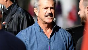 Mel Gibson ezer arca, miközben egy zöld turmixot iszik