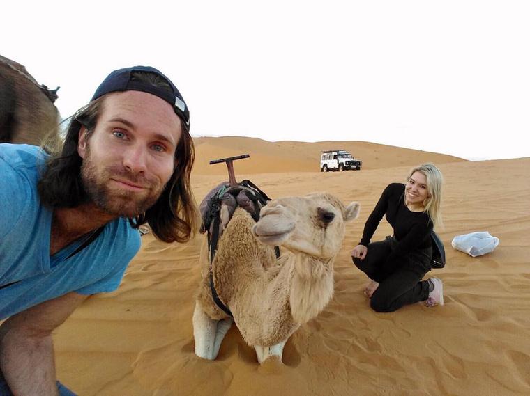 De a másik véglet, amikor egy jó ismerőssel tevéket ásnak el a sivatagban