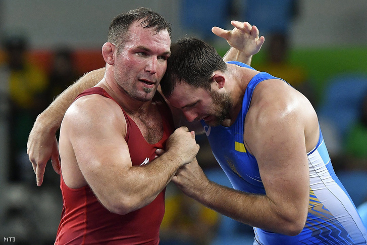 Kiss Balázs (b) és az ukrán Dmitri Timcsenko a férfi kötöttfogású birkózók 98 kilogrammos súlycsoportjának selejtezőjében a Rio de Janeiró-i nyári olimpián 2016. augusztus 16-án.