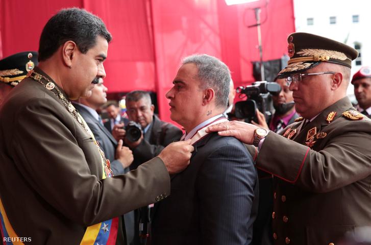 Nicholas Maduro állami kitüntetést ad át az ombudsmannak a hadsereg vezetőivel a Nemzeti Gárda fennállásának nyolcvanadik évfordulóján.