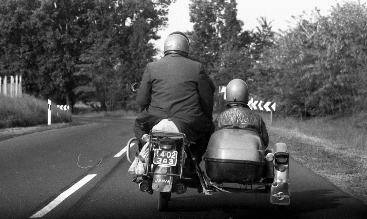 Mára ismét reneszánszukat élik a motorok, robogók, mopedek: az autóközpontú közlekedés miatt állandósult dugók hívták vissza őket a városokba. És ugyan az oldalkocsis kerékpár már a múlté, de ketten összekapaszkodva suhanni nyáron egy robogón olyan érzés, amit mindenkinek meg kell tapasztalnia.