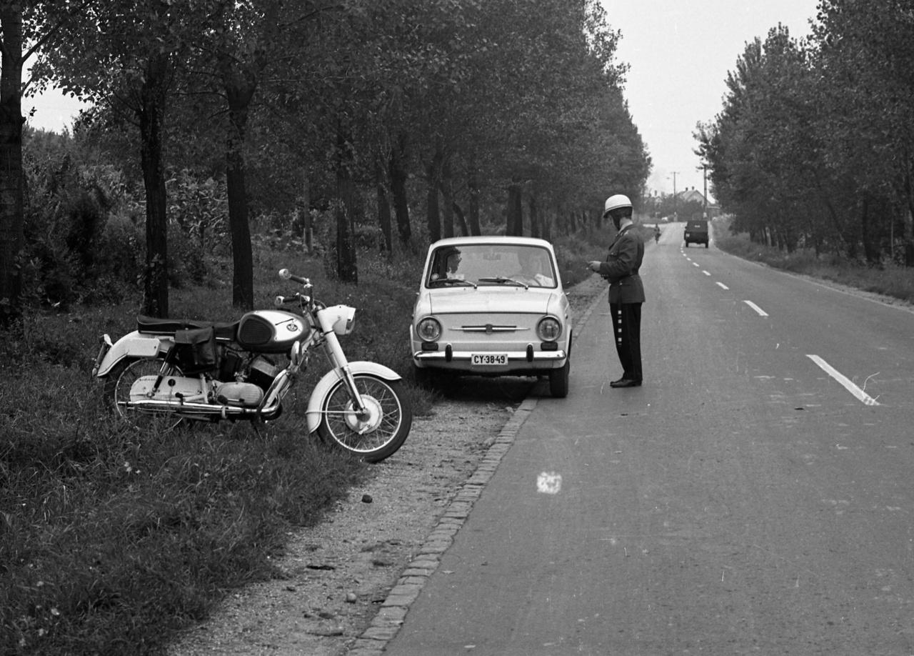 A rendőrök a hetvenes évek elején Pannónia P21-es motorokat kaptak. Az átlagnál gyorsabb, 250 cm³-es, 22 lóerős gépek nem voltak túl megbízhatóak, és persze a rendőrök sem igen kímélték őket. Gyári példányokat alakítottak kicsit át, teljesen fehérre festették őket, néhányra gyári oldaltáska került, a bukócső kék villogói pedig eredetileg Barkas ködlámpák voltak.