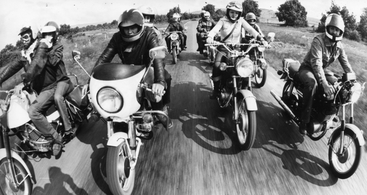 A hetvenes évek végére már sokan komolyabb gépeket tudhattak magukénak, létrejöttek haveri körök, amelyek összejártak motorozni. Persze nem a Sons of Anarchy-féle vad bandákra kell gondolni, a szocializmus azért erősen fékezte a törvényenkívüliséget. Motorostalálkozókat azonban tartottak, ilyenkor még az NDK-ból is érkeztek MZ-sek. Az MZ-k a kor drága, menő motorjai voltak, még az USA-ba és Angliába is exportálták őket. Rengeteg került Magyarországra, volt belőle rendőrségi és katonai kivitel is.