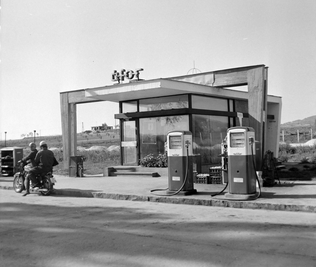 A Mol-előd Ásványolaj Forgalmi Vállalat emblémája 1957-ben jelent meg a kutakon. Az Áfor korszerűtlen töltőállomás-hálózatot örökölt, de az 1960-as évektől a kézi szivattyús benzinkutakat sorra váltották le a korszerű, komolyabb teljesítményű, elektromos szivattyúkkal felszerelt kútoszlopok. A mechanikus kijelzőn egyszerűen leolvasható volt a tankolt mennyiség, megjelentek a mai shopok elődjei, és külön szakember állította a guminyomást. A hetvenes évek közepén a 86-os normál benzin 3 Ft, a 92-es szuper 4 Ft, a 98-as extra pedig 5 Ft volt. A legtöbb gépkocsinak és szinte az összes motornak megfelelt a 86-os.