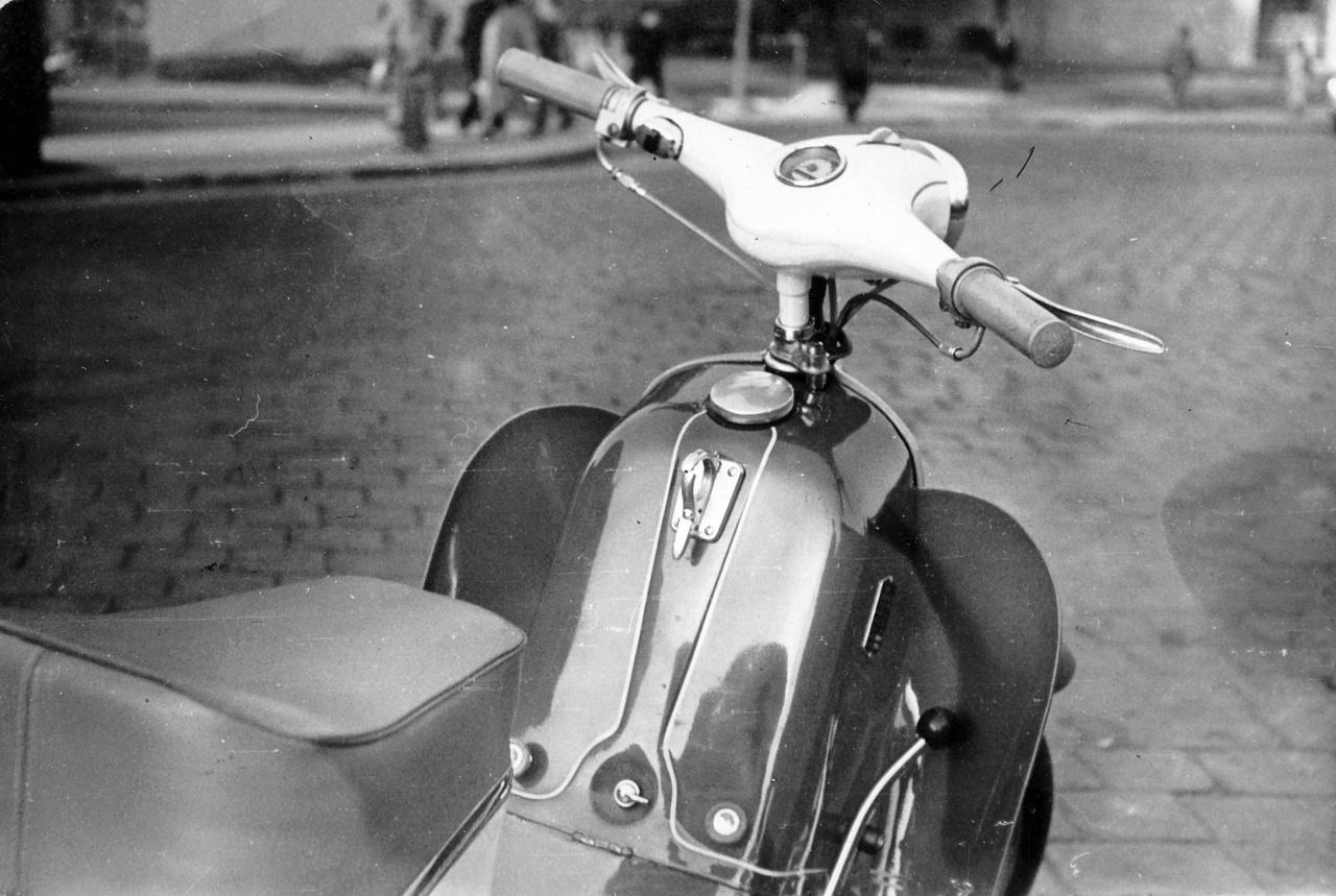 A Panni törperobogót a Csepeli Kerékpárgyárban kezdték gyártani 1958-ban, Magyarországon addig nem készültek robogók. Az 1950-es évek közepén külföldi tapasztalatok felhasználásával kezdték meg az új magyar moped tervezését. A rossz nyelvek szerint ez a nyugatnémet Victoria Nicky robogó teljes lemásolását jelentette. A nagy kerekű, alacsony vázas Pannit az 1957-es Budapesti Ipari Vásáron mutatták be, nagy sikerrel. A trendi kinézet mögött sajnos lomha erőforrás rejtőzött, a székesfehérvári Vadásztölténygyárban készülő 49 cm³-es, VT50 jelzésű, 1,5 lóerős kétütemű motor nehezen mozgatta a 60 kilós járművet, legnagyobb sebessége 45 km/h, utazósebessége pedig 35 km/h volt.                         Sajnos a Panni sem tudott hosszú karriert befutni. Kb. húszezer  darab készülhetett belőle, majd a KGST-n belüli járműipari profilrendezés miatt 1962 elején az összes kismotor gyártását megszüntették, és utána már csak külföldről importáltak mopedeket.