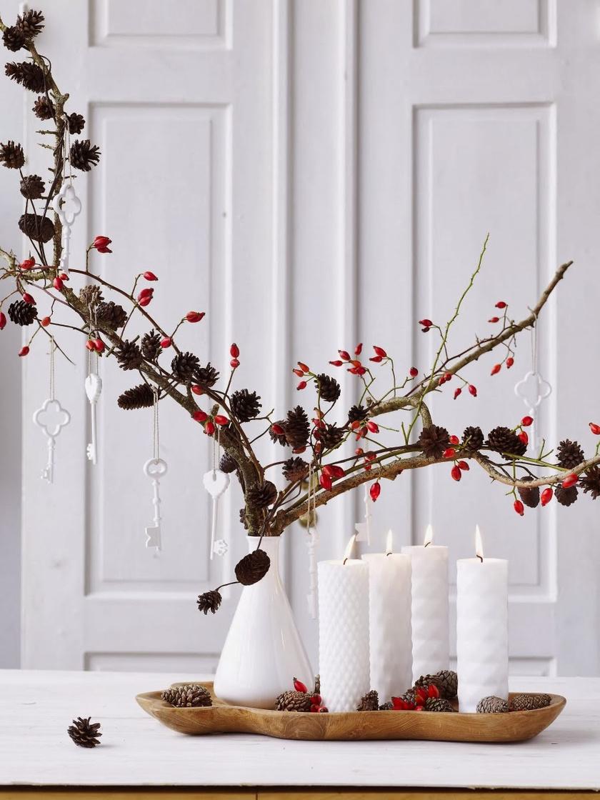 A csipkebokor ágain maradtak a szép piros bogyók. Apró kis fenyőtobozokat ragasztottak az ágra, díszként hófehérre festett vagy műhóval befújt kulcsok függenek.