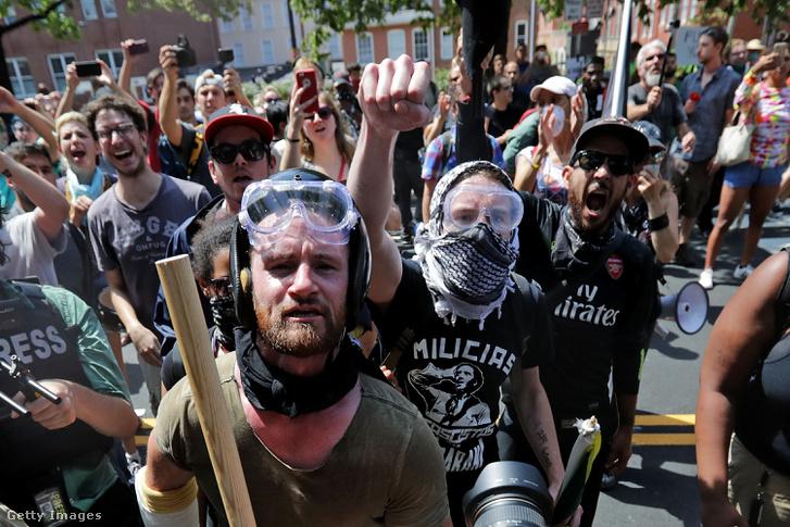 Szélsőjobboldali tüntetőkkel szemben álló baloldali tüntetők felvonulása Charlottesville-ben, augusztus 12-én. (Korábban tévesen szélsőjobboldali tüntetőkként neveztük meg a képen szereplő csoportot. A fordítási hibáért elnézést kérünk).