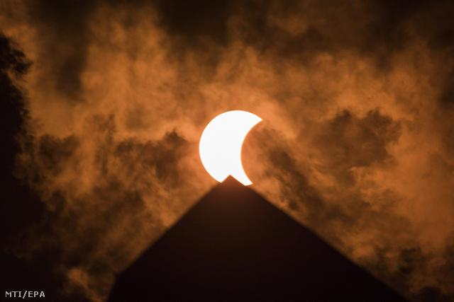 A napfogyatkozás a Washington-emlékmű csúcsa felett
