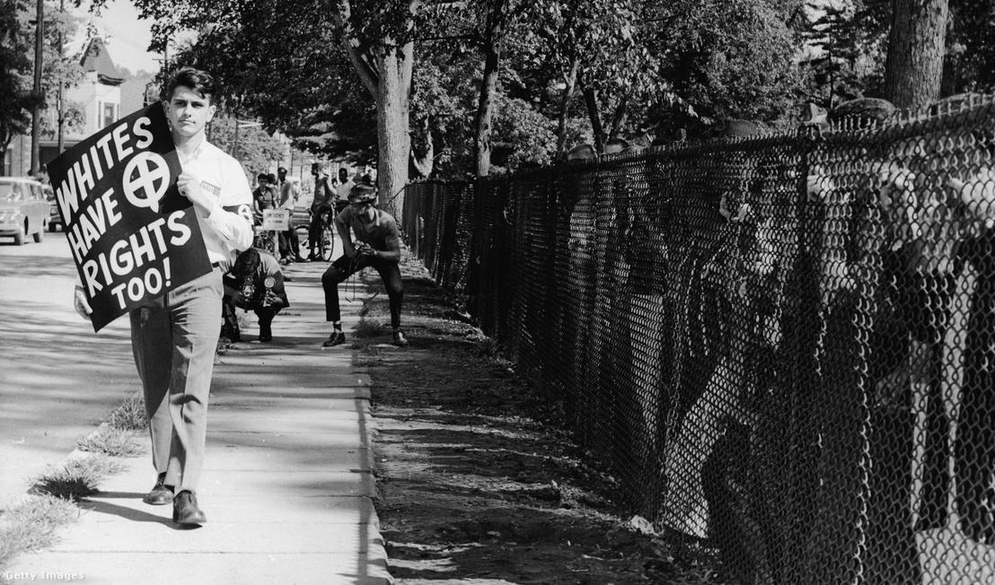 John Patler egyszemélyes vonulással tiltakozik az iskolák deszegregációja ellen 1962 augusztus 20-án New Jerseyben.