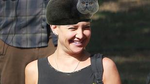 Végre közelről is láthatjuk a hajától megfosztott Kate Hudsont