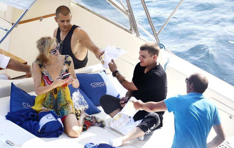 Nem is tudjuk, sőt, nem is merjük elképzelni, mi lenne Paris Hiltonnal, ha nem találták volna fel a mobiltelefont