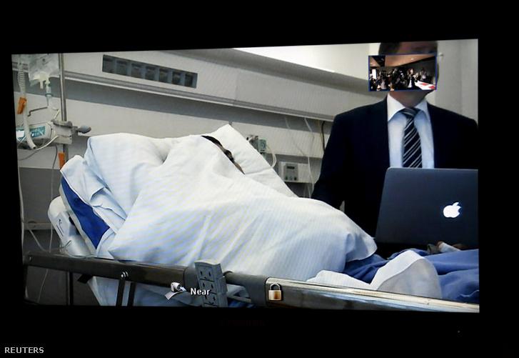 Élő videókapcsolatban hallgatták meg a kórházban fekvő Abderrahmán Meskát.