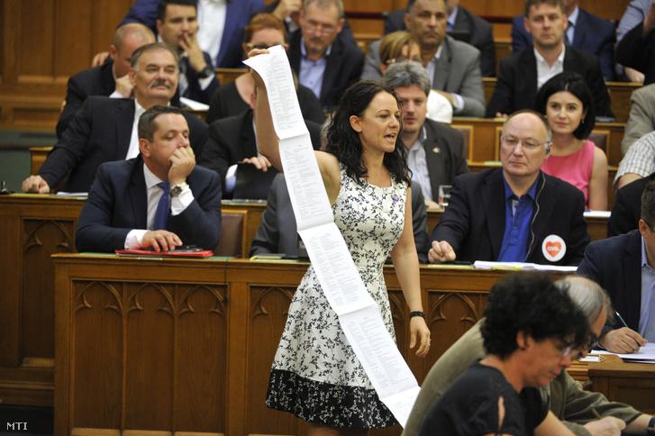 Szabó Tímea független képviselő mutatja a Norvég Alap által támogatott civil projektekről összeállított listáját amikor a képviselők szavaznak a külföldről támogatott szervezetek átláthatóságáról szóló törvényről az Országgyűlés plenáris ülésén 2017. június 13-án.