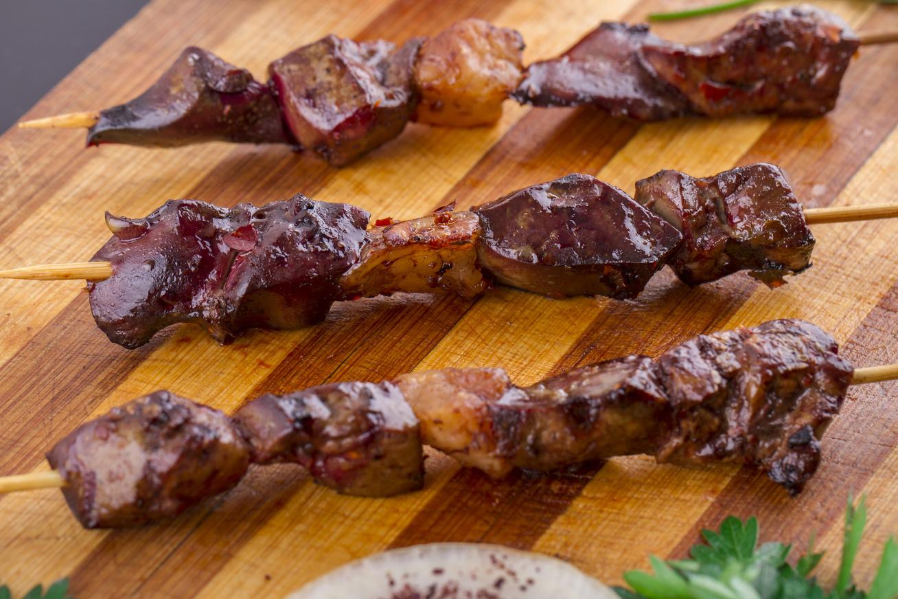 Szaftos, puha baconös csirkemáj nyársra húzva - Sütőben, grillen és serpenyőben sütve is finom lesz