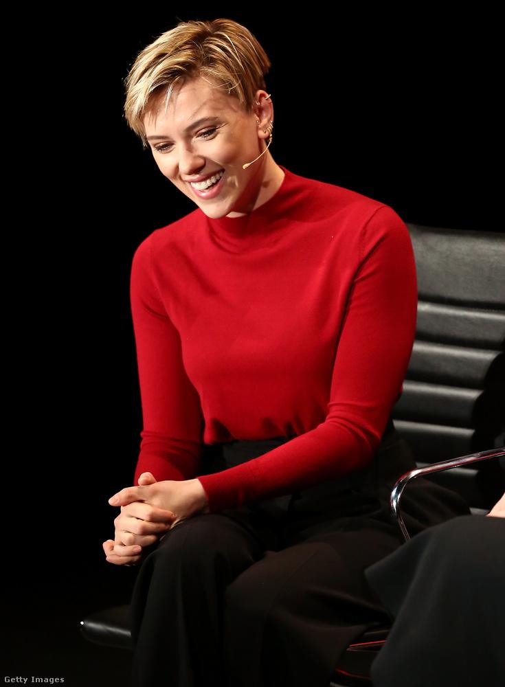 Scarlett Johansson éppen egy Avengers-filmet forgat, úgyhogy legalább egy paparazzó azzal töltött pár órát az életéből augusztus 21-én, hogy egy magaslati helyről kukkolta a színésznő lakókocsiját, hátha lát valami érdekeset.