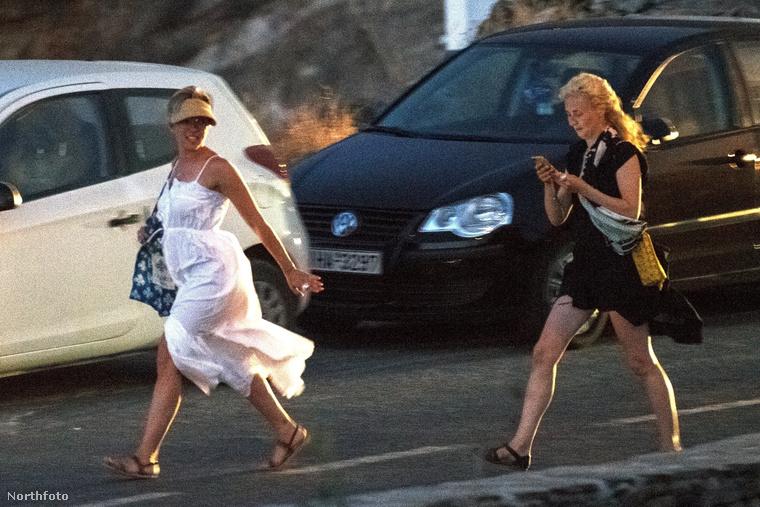 Ez a tetoválás amúgy június óta simán legyógyulhatott, de pont július végén írtunk arról, hogy Johansson Görögországban nyaralt a barátnőivel - ha már akkor is a hátán lett volna ez a minta, valószínűleg észreveszik, és akkor mi is.