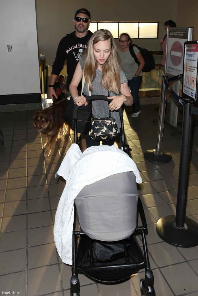 Valaki ugyanis fülest kaphatott arról, hogy Seydried gyerekestül, kutyástul, férjestül caplat végig a Los Angelesi reptéren, amit sem a rajongók, sem a lesifotósok nem kívántak elmulasztani